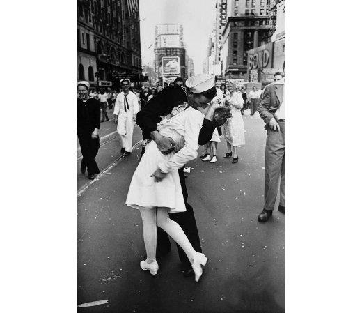 V-J Day kiss